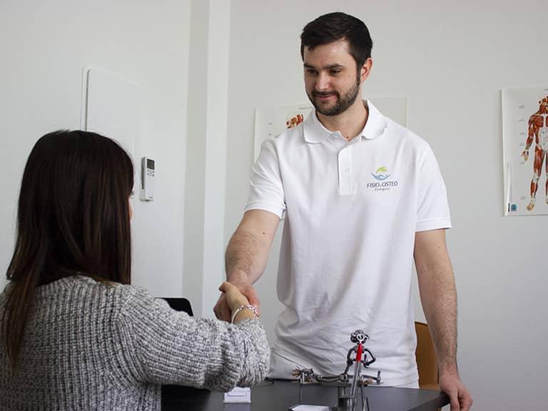 fisioterapista massimo benfenati stringe la mano a un paziente