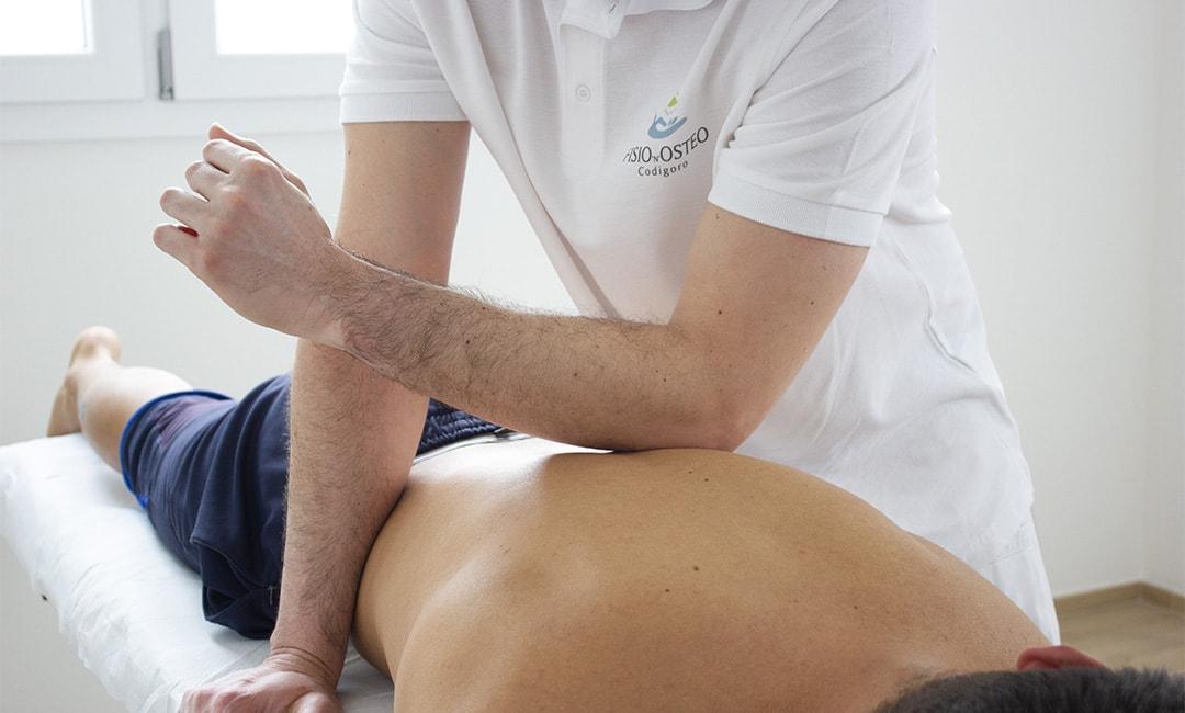 fisioterapista applica trattamento fasciale