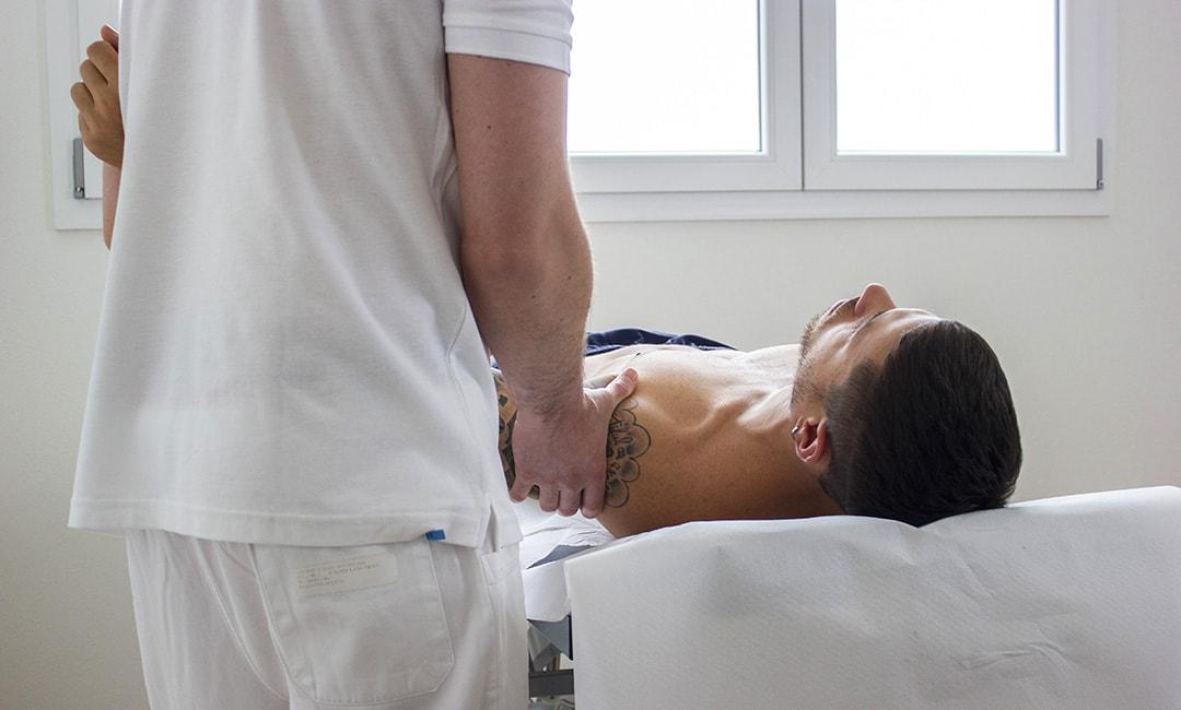 massimo benfenati effettua un trattamento di massoterapia su un paziente