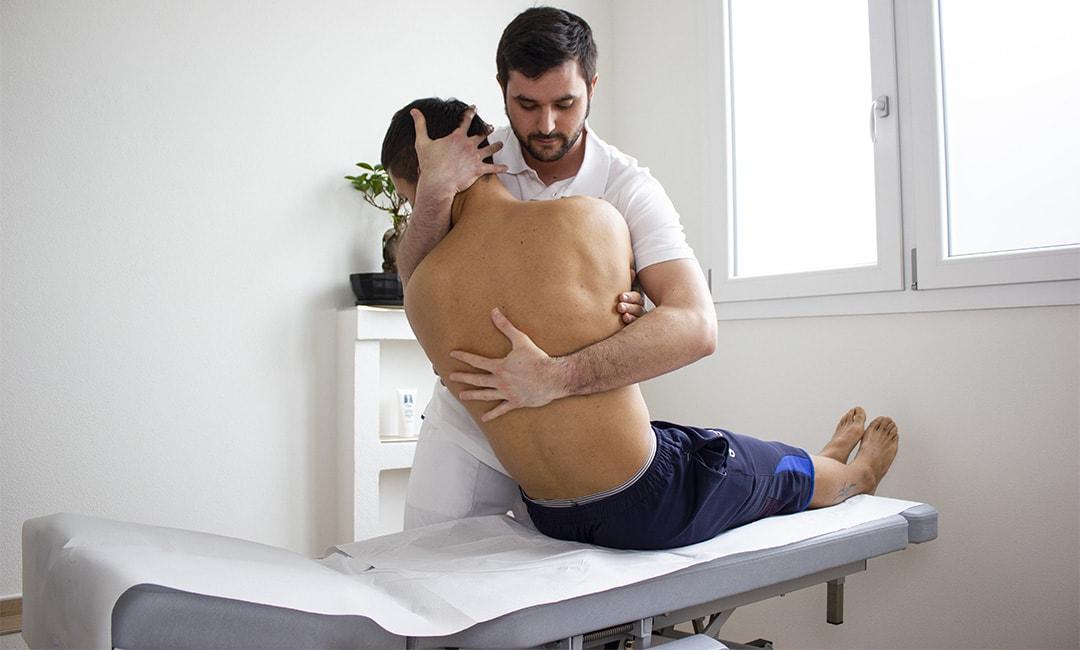 massimo benfenati effettua un trattamento di osteopatia su un paziente