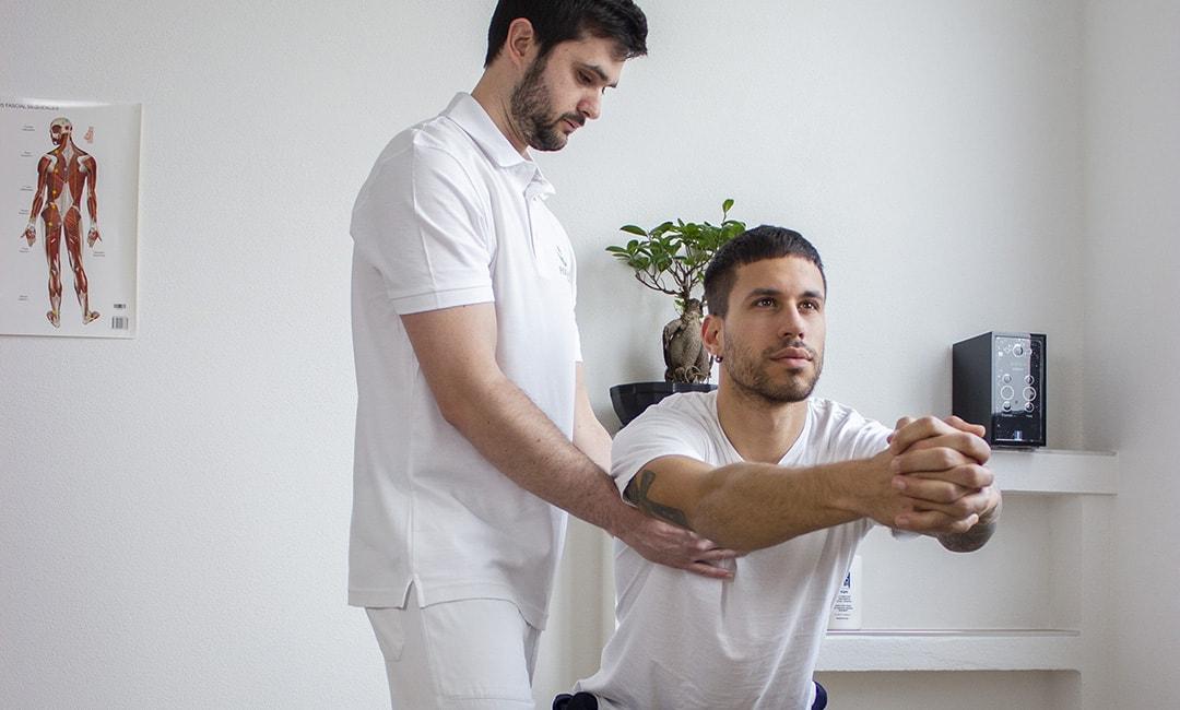 fisioterapista applica rieducazione posturale